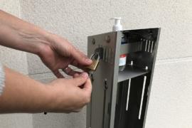 dévérouillage de barre borne distributeur de gel hydroalcoolique